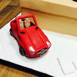 Coche Mercedes modelado en fondant