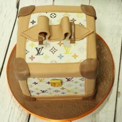 Tarta maletín Louis Vuitton,  tartas personalizadas madrid, tartas fondant madrid. tartas decoradas madrid